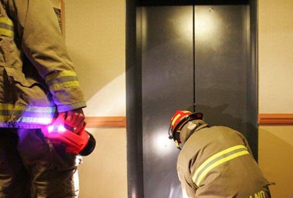 Застряла в лифту и загнули мужчины